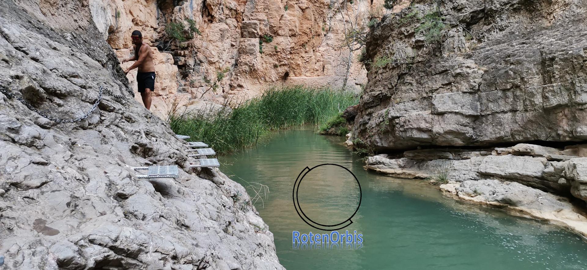 Poza de agua con peldaños para pasar